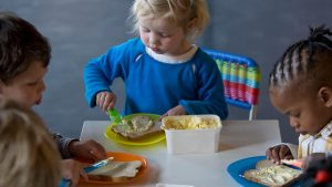 2009-04-20 18:44:55 ROTTERDAM - De peuters van kinderdagverblijf Petje Pitamientje in Rotterdam smeren maandag margarine op hun boterhammen. De peuters van het kinderdagverblijf kregen van Minister Gerda Verburg van Landbouw, Natuur en Voedselkwaliteit hun 'Smeerdiploma'. Het initiatief van het Voorlichtingsbureau Margarine, Vetten en Olien is bedoeld om de gezondheidsvoordelen van margarine en halvarine te benadrukken. ANP ED OUDENAARDEN